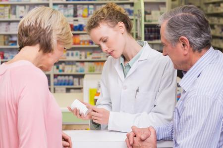 Apotheker en zieke klant spreken in de apotheek