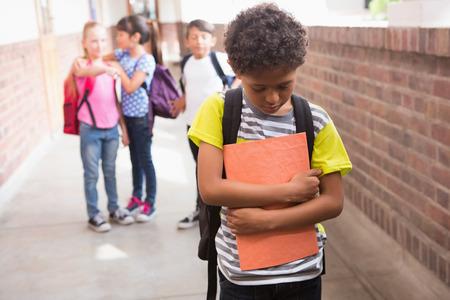 desolaci�n: Alumnos amigos burlas a un alumno solo en la escuela primaria Foto de archivo