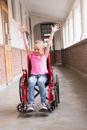 paraplegico: Lindo alumno discapacitado en la sala en la escuela primaria Foto de archivo