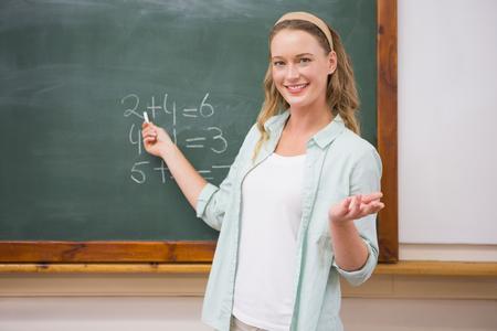 profesores: Profesor que explica las matem�ticas en la pizarra en la escuela primaria Foto de archivo