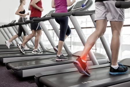 fitness hombres: Compuesto de Digitaces de tobillo destacado del hombre en la cinta de correr