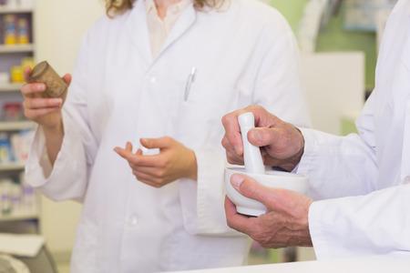 mortero: Personas de farmacéuticos titulares medicamentos y mortero de farmacia hospitalaria