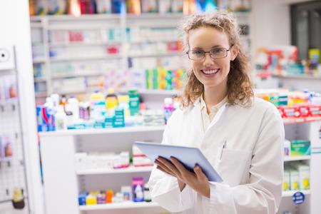 farmacia: Farmacéutico con tablet pc en la farmacia del hospital Foto de archivo