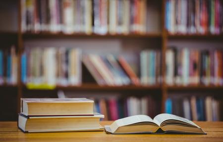 biblioteca: Libros en el escritorio en la biblioteca de la escuela primaria