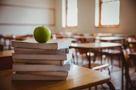 escuela primaria: Apple en la pila de libros en la escuela primaria