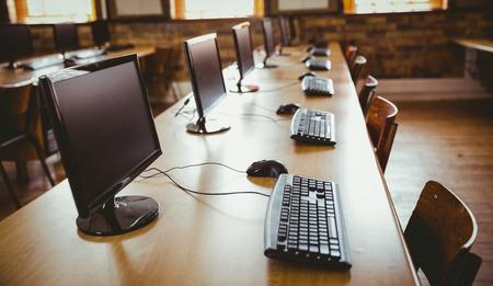 Salle d'ordinateur vide à l'école élémentaire
