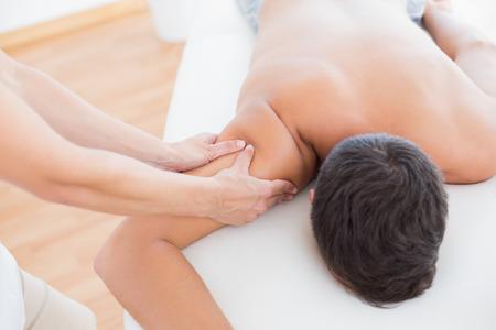 fisioterapia: Fisioterapeuta hace el masaje del brazo a su paciente en el consultorio m�dico Foto de archivo