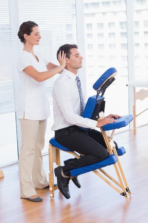 fisioterapia: De negocios que tiene masaje de cabeza en el consultorio m�dico