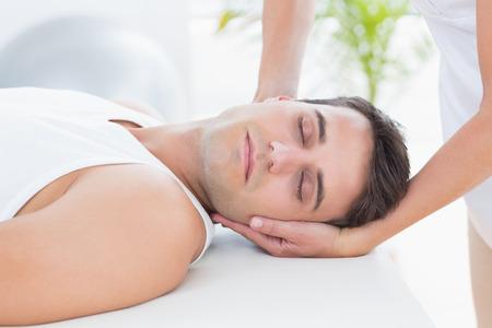 massaggio collo: L'uomo che riceve il massaggio collo in ufficio medico