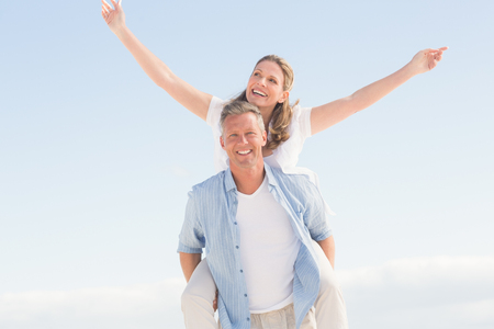 pareja abrazada: Pareja feliz que se divierten juntos en la playa