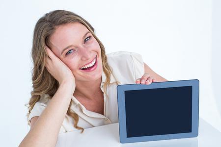 Femme montrant tablet pc sur fond blanc