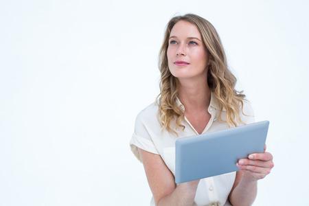 blonde yeux bleus: Femme � l'aide de PC de comprim� sur fond blanc Banque d'images