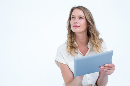 rubia ojos azules: Mujer que usa la PC de la tableta en el fondo blanco Foto de archivo