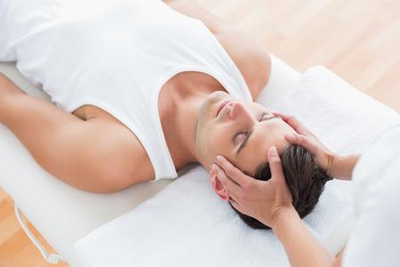 Man die hoofd massage in medische kantoor