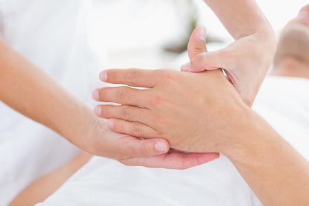 massage: Physioth�rapeute faire un massage des mains en cabinet m�dical