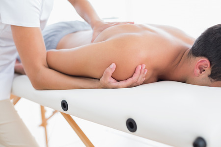 massage: Physioth�rapeute faire massage des �paules � son patient en cabinet m�dical Banque d'images