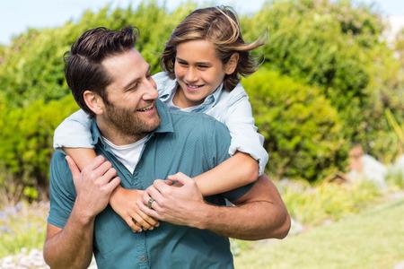 父と息子の田舎でお互いに笑みを浮かべて