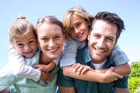 Lyckliga föräldrar med sina barn på landsbygden