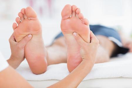 massage homme: Homme ayant massage des pieds dans un cabinet médical