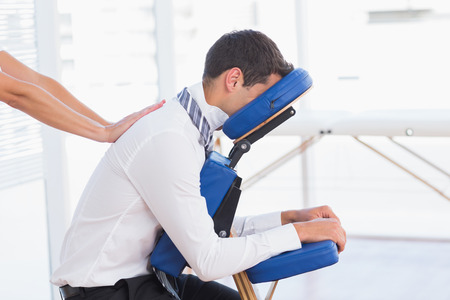 massage: Geschäftsmann mit Rückenmassage in Arztpraxis Lizenzfreie Bilder