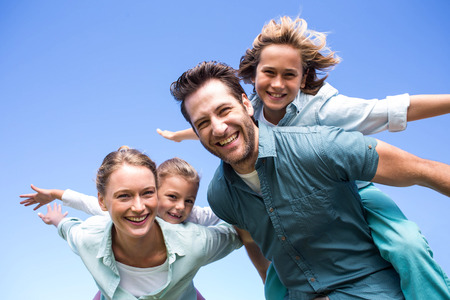 Gelukkige ouders met hun kinderen op het platteland