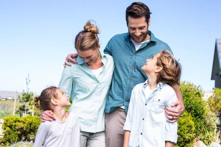 田舎の子供を持つ幸せな親