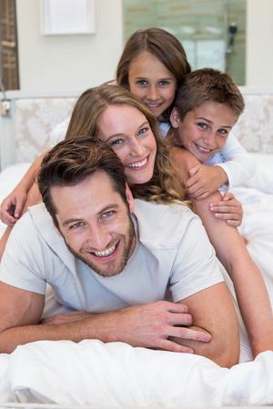 pareja en casa: Familia feliz en la cama en su casa en el dormitorio