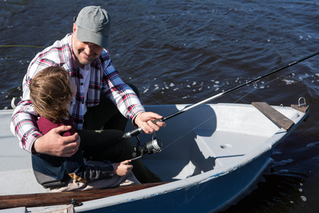 hombre pescando: Pesca del hombre feliz con su hijo en el barco