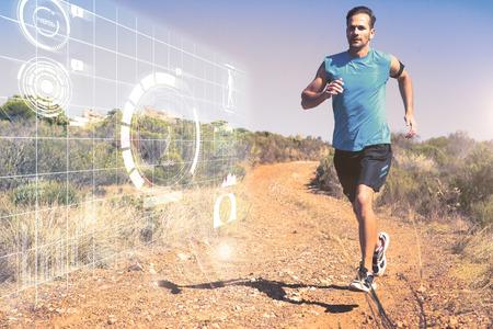 people jogging: Hombre atlético correr sobre la pista país contra interfaz de fitness
