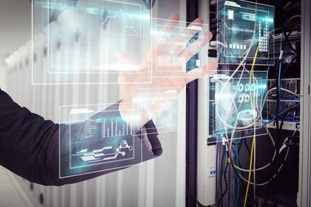 centro de computo: Empresario la celebraci�n de la mano en la presentaci�n contra el centro de datos Foto de archivo