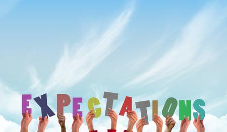 Mains montrant attentes contre le ciel bleu