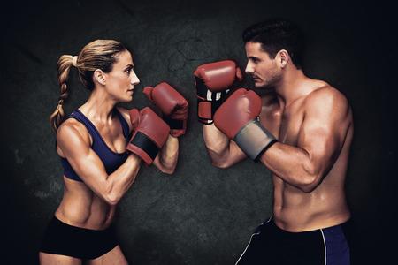 weiblich: Boxen Paar vor einem dunklen Hintergrund