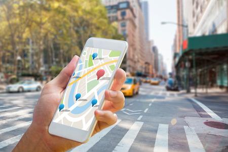 taxi: Hombre que usa el mapa de aplicaciones en el teléfono contra la nueva calle york