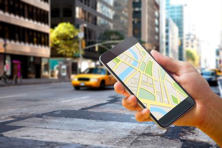 뉴욕의 거리에 대해 전화에지도 응용 프로그램을 사용하는 사람 (남자)