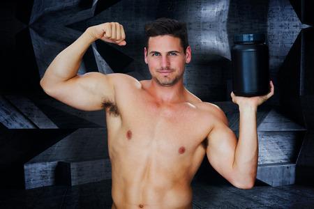 powder room: Bodybuilder con polvo de prote�na contra el cuarto oscuro