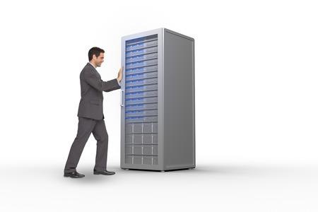 empujando: De negocios que empuja contra la Torre del servidor