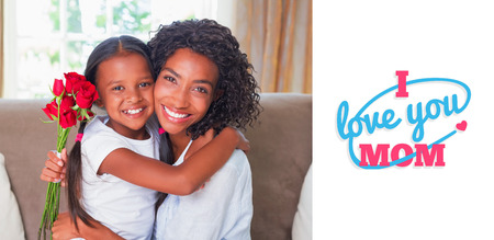 niños negros: madres día saludo contra la madre bonita que se sienta en el sofá con su hija sosteniendo rosas