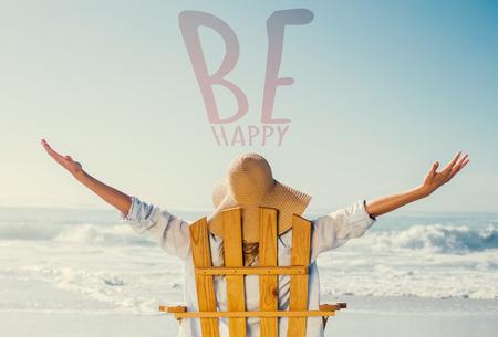 Frau entspannt im Liegestuhl am Meer gegen freuen Standard-Bild