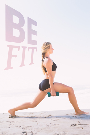 lunges: Montar rubia que hace estocadas ponderados en la playa contra estar en forma