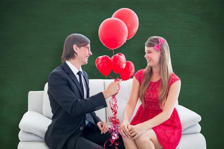 together with long tie: Pareja geek lindo con los globos rojos contra la pizarra verde