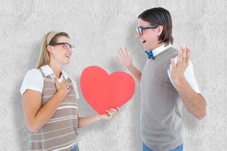 together with long tie: Inconformista geek feliz y su novio contra el fondo blanco