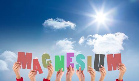 Mani che tengono fino magnesio contro luminoso cielo blu con nuvole