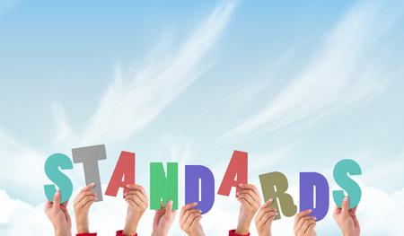 Handen houden van normen tegen de blauwe hemel