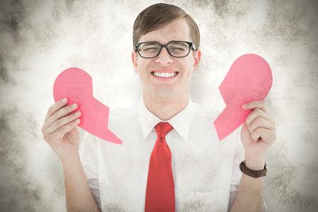 corazon roto: Inconformista Geeky que sostiene una tarjeta coraz�n roto contra el fondo gris