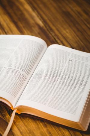 vangelo aperto: Apra la bibbia sul tavolo in legno