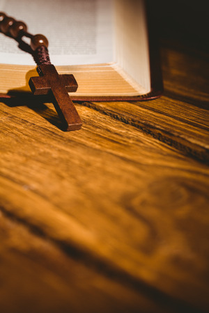 vangelo aperto: Apra la bibbia con rosario su tavola di legno