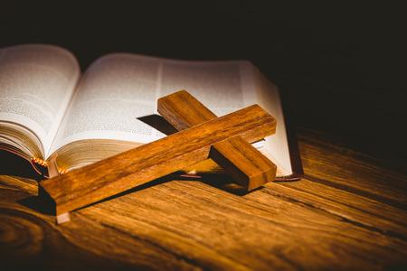 vangelo aperto: Apra la bibbia con icona crocifisso su tavola di legno