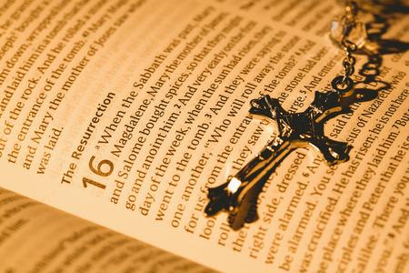 kruzifix: Öffnen Sie Bibel und silbernes Kruzifix Overhead-Schuss