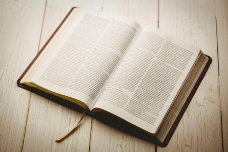 Open bijbel op houten tafel Stockfoto