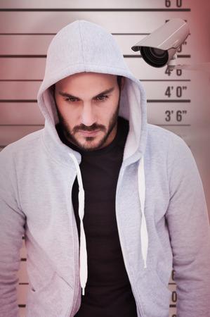 顔写真の背景にフード付きのジャケットを着て危険な男の肖像